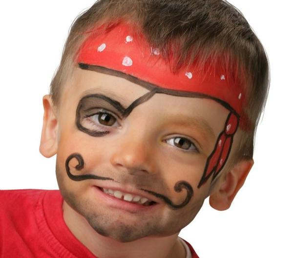 süßes kind mit einem piratschminken