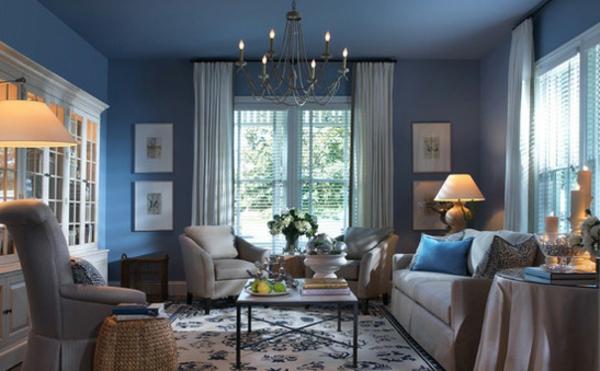 blaue wände im wohnzimmer mit zwei sesseln