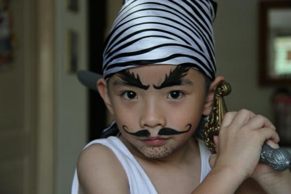 cooler kleiner junge mit piratschminken
