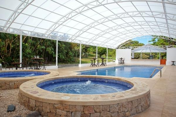 Poolüberdachung-rund-modernes-Design-Pool-mit-Überdachung-Jacuzzi-Design