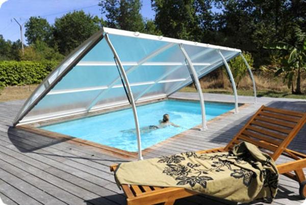 Pool-im-Garten-mit-einer-modernen-Überdachung-Schwimmbadüberdachung-