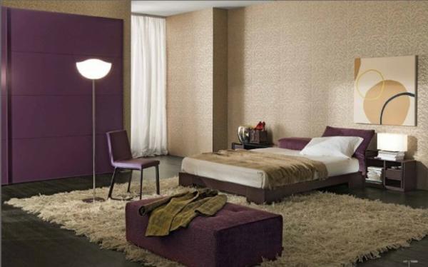 elegantes schlafzimmer mit lila akzenten