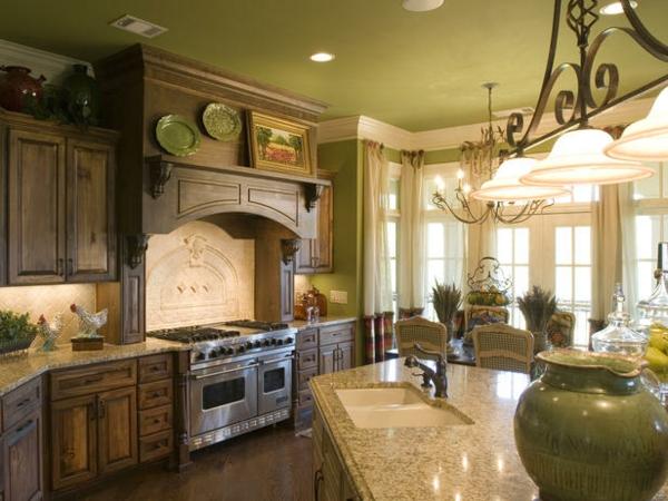 grüne zimmerdecke in einer bäuerlichen küche