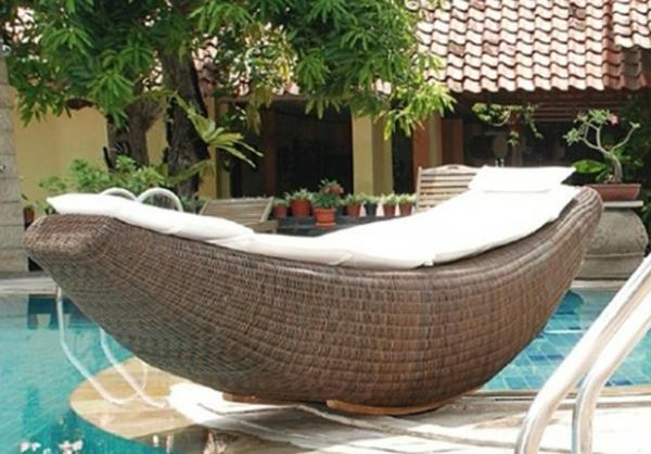 moderner pool mit einem rattan-liegestuhl daneben