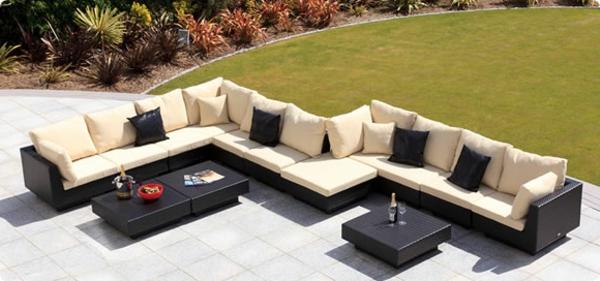 moderner großer garten mit sofas und tischen aus rattan