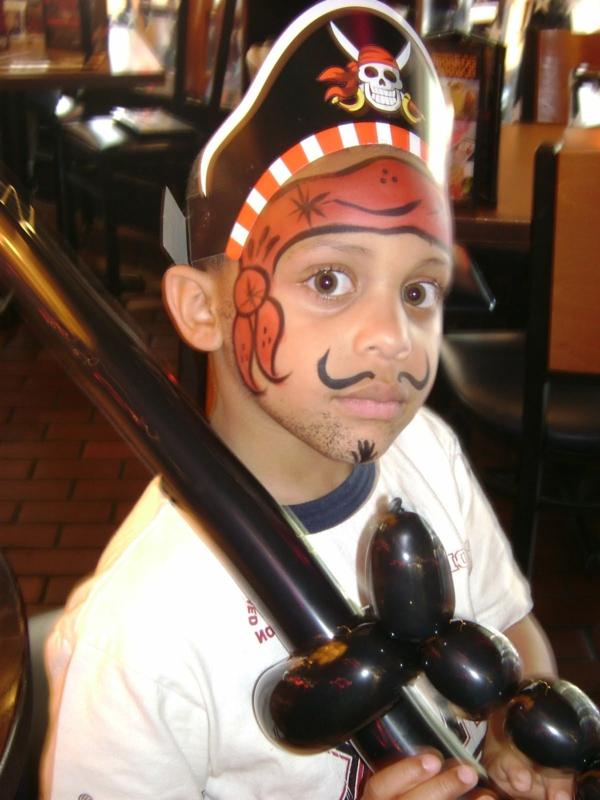 pirat schminken - junge mit make up und einem hut