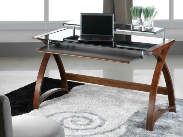 Innovativer Computertisch Auf Schönem Teppich.