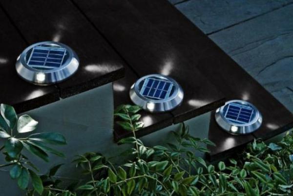 außentreppen mit modernen runden solarleuchten - foto in der nacht gemacht