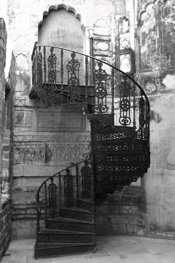 Spindeltreppe-Antik-Außentreppe-aus-Metall