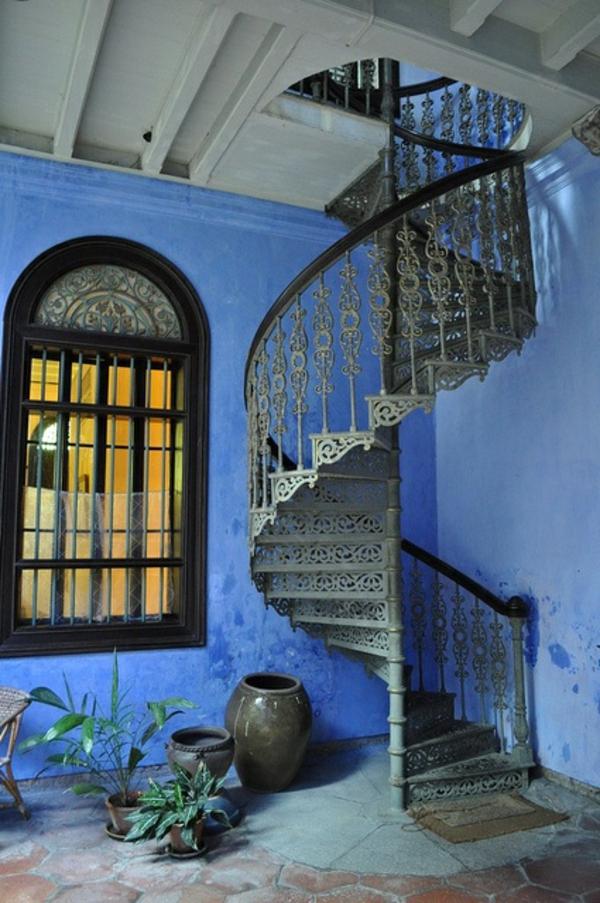 Spindeltreppe-Antik-blaue-Fassade