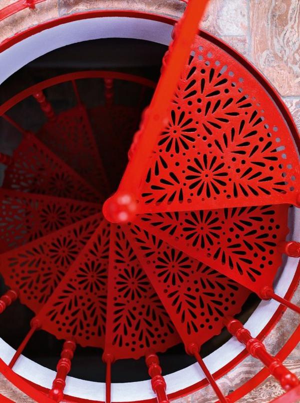 Spindeltreppe-in-Rot-mit-einem-erstaunlichen-Design
