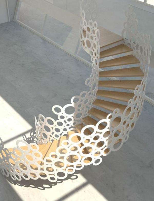 Spindeltreppe-mit-einem-erstaunlichen-Design-mit-weißem-Geländer