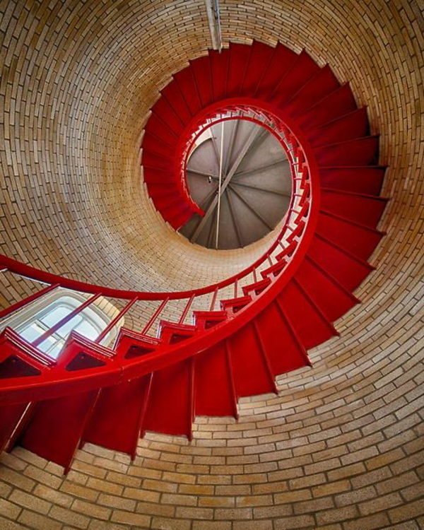 Spiraltreppe-mit-sehr-schönem-Design-in-Rot