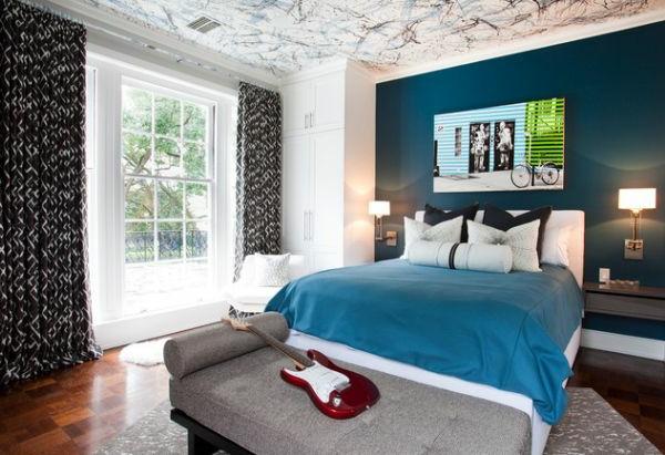 blaue wand und weiße zimmerdecke im schlafzimmer