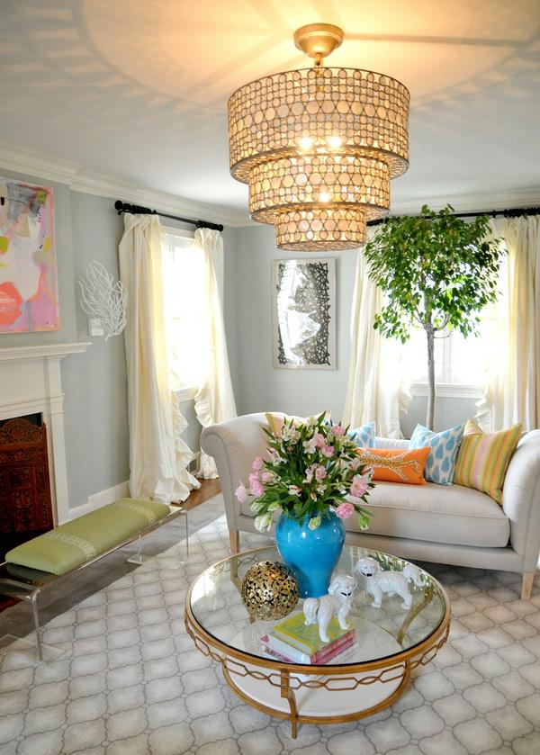 blumenstrauß auf dem tisch im luxuriösen wohnzimmer
