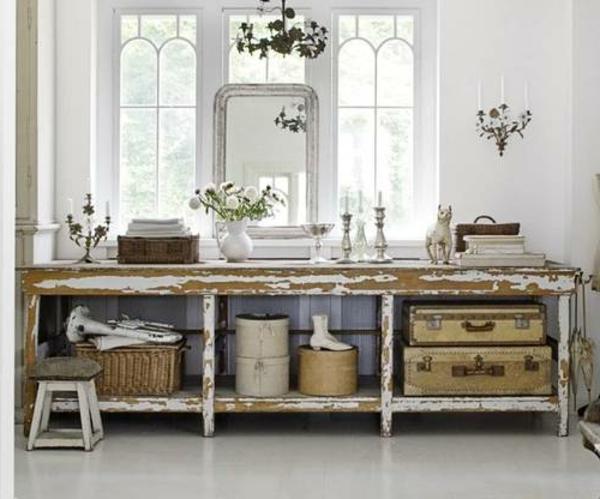 vintage-tisch-mit-weißer-vase-schnittblumen-koffern-edel-schlicht