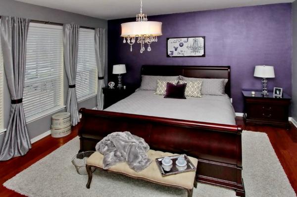 großes bett und lila wandgestaltung im schlafzimmer