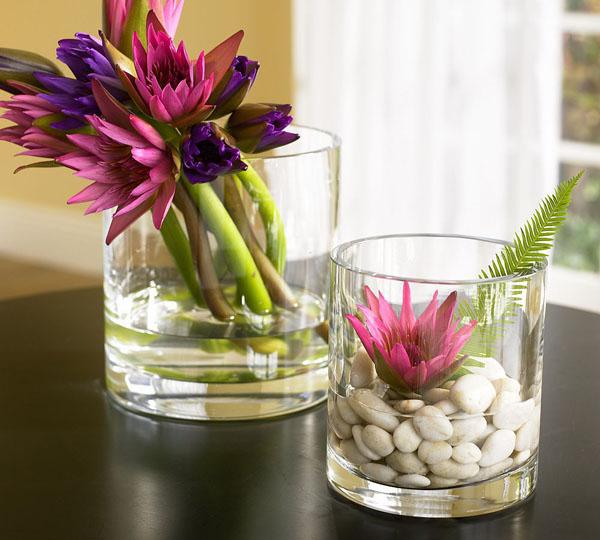 violett-rosane-blühten-in-gläsern