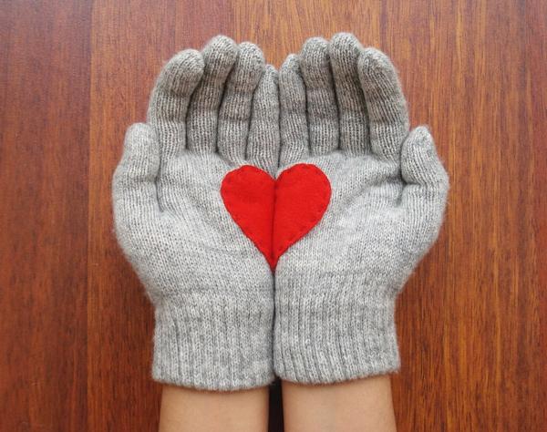 valentinstag-handschuhe-grau-mit-rotem-herz-von-beiden-seiten