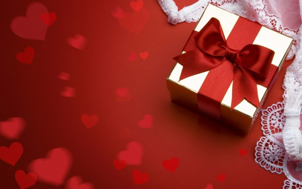 geschenk-in-silber-rot-schleife