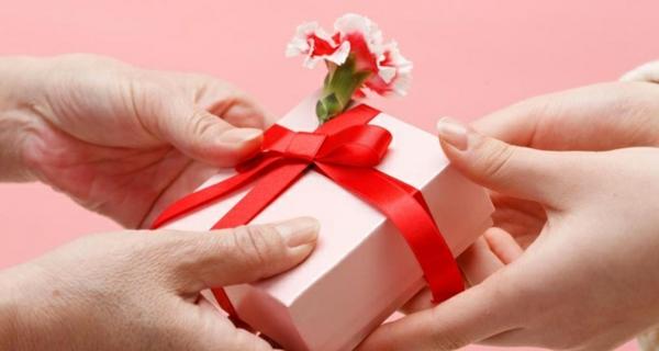 valentinstag-rosa-geschenk-rote-schleife-blume