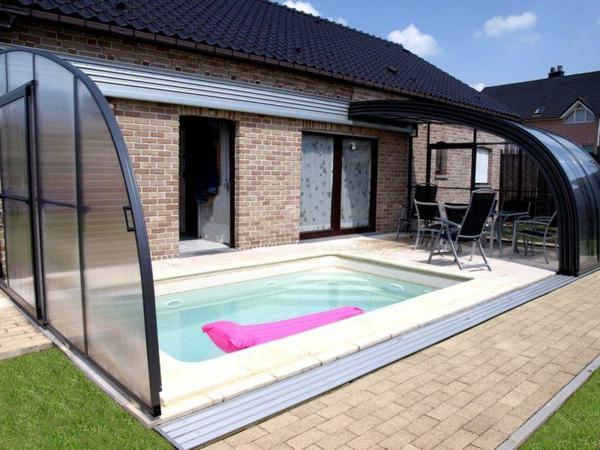 Veranda-mit-einem-modernen-Pool
