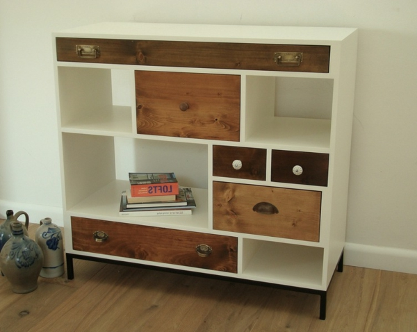 Vintage-Möbel-Kommode-aus-Holz-mit-Schubladen-in-verschiedenen-Farben
