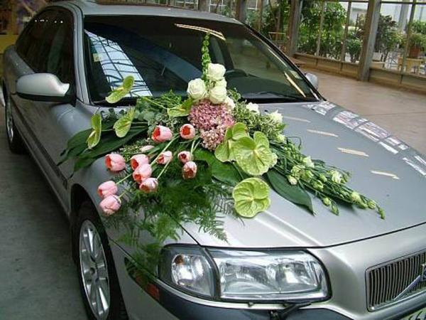 wunderschöne deko für autos zur hochzeit - großer blumenstrauß