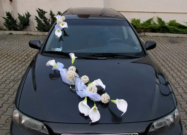 weiße blumen auf dem schwarzen auto - idee für hochzeitsdeko