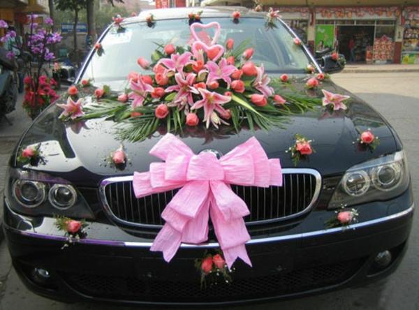 rosiger autoschmuck zur hochzeit - schleife und blumen