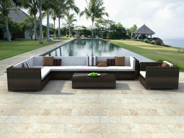moderne rattanmöbel im luxuriösen garten mit einem pool