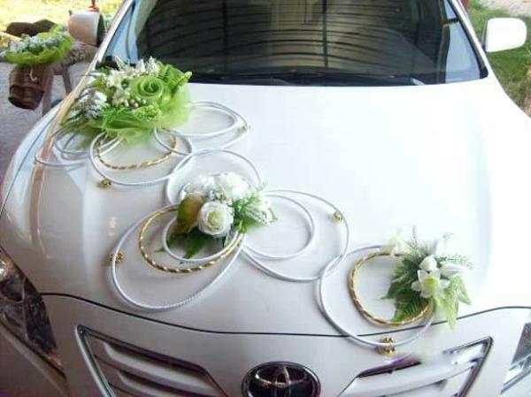 weißes auto mit einem sehr eleganten schmuck zur hochzeit
