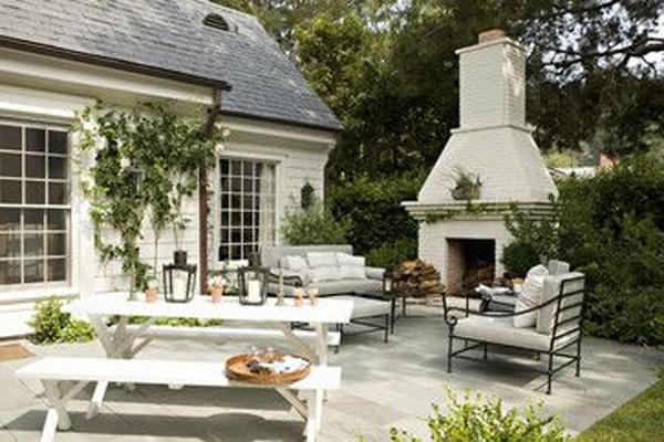 terrassenbereich-mit-tisch-und-bänke-sofa-und-kamin