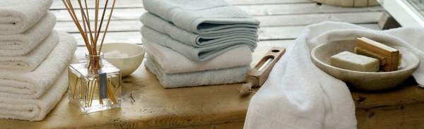 badezimmer-schlicht-badetücher-seife