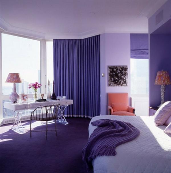 schreibtisch mit einer lampe und lila gardinen im schlafzimmer