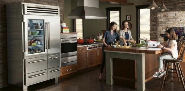 amerikanischer-kühlschrank-design-idee-glastür Glastürkühlschrank-effektvolles-design-in-der-küche-küchenideen-kücheninsel-küchenbar-barstühle