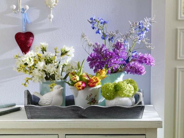 arrangierte-blütenpracht-als-tisch-deko