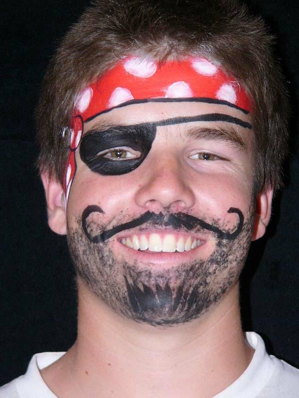 ein junge mit sehr interessantem piratschminken