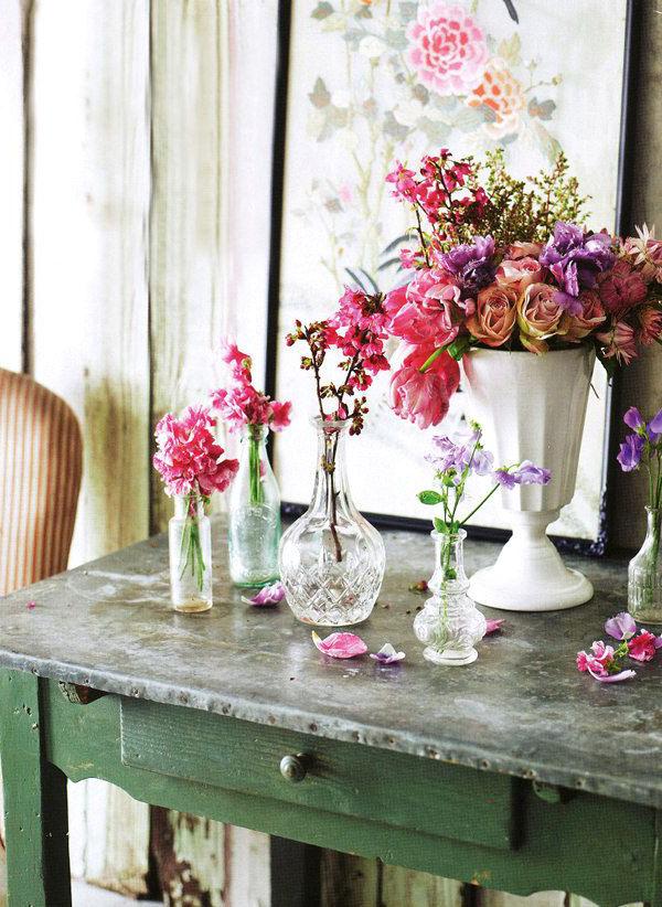 schnittblumen-in-durchsichtige-und-weiße-vasen