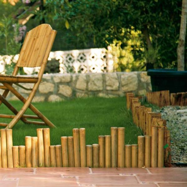 bambus-garten-interessanter-kleiner-zaun-neben-einem-hölzernen-stuhl