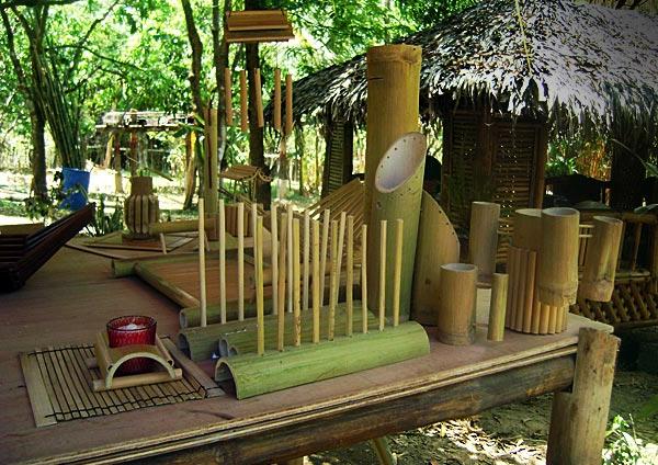 bambus-garten-mit-vielen-sachen-aus-bambus-gemacht
