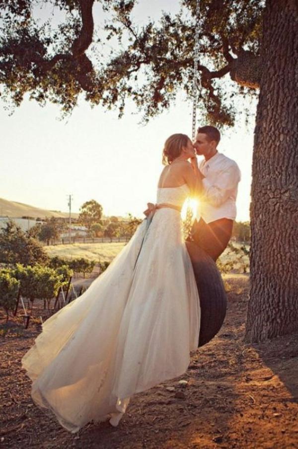 schönes verheiratetes paar unter einem baum