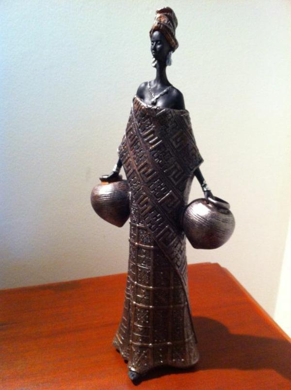 beispiel-für-deko-skulpturen-eine-afrikanische-frau