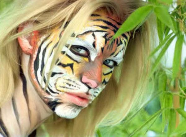blonde-frau-mit-einem-coolen-tiger-schminken