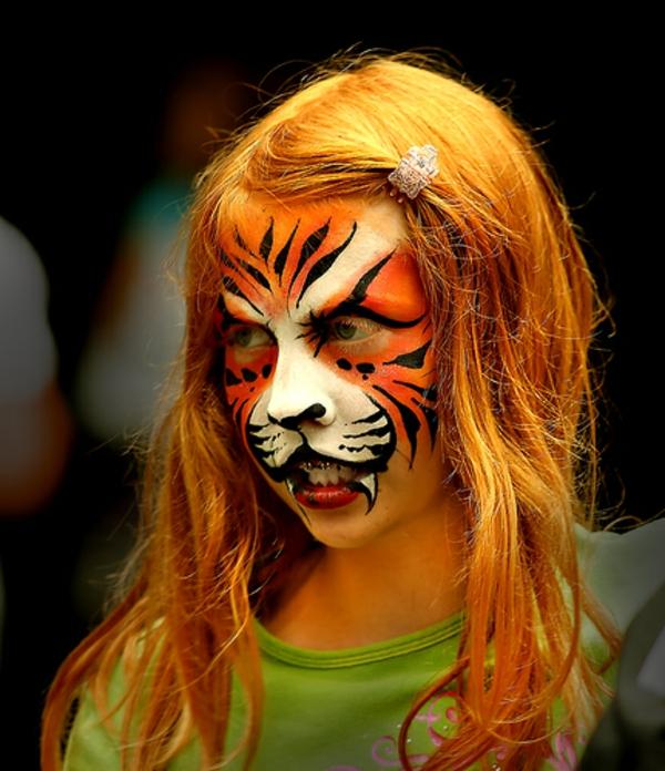 blondes-mädchen-mit-einem-ganz-originellen-tiger-schminken