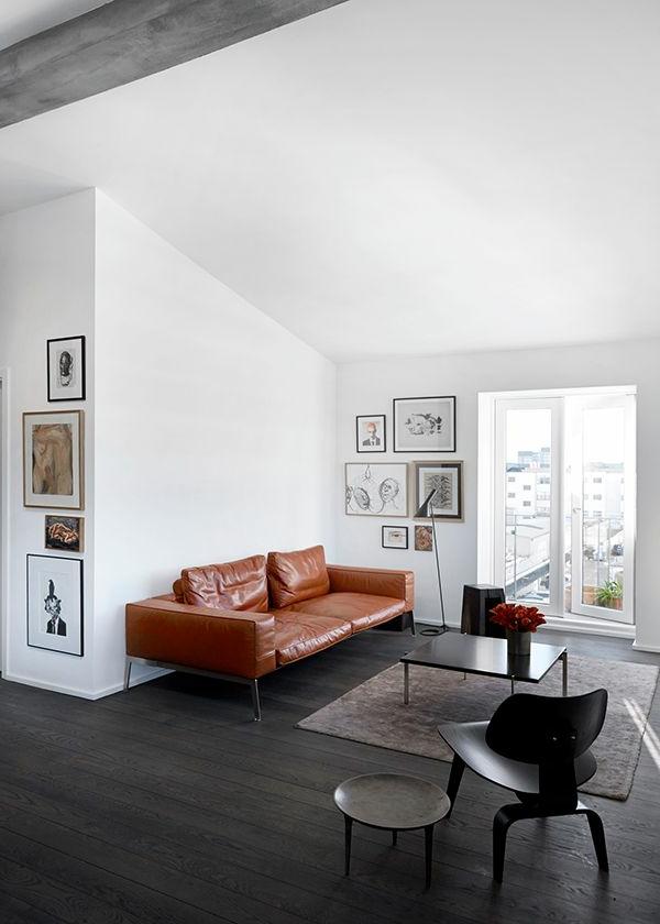 braunes-komfortables-sofa-aus-leder-für-das-wohnzimmer