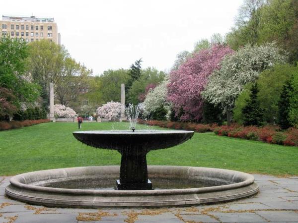 schöner großer garten mit einem attraktiven springbrunnen