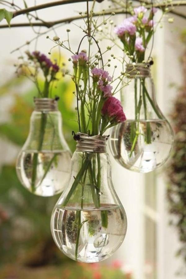 Hängende-glühbirnen-als-behälter-für-schnittblumen