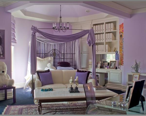 modernes schlafzimmer mit einem weißen sofa und lila vorhängen