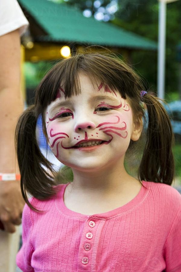 katzeschminken - wunderschönes kleines mädchen mit einem lustigen aussehen
